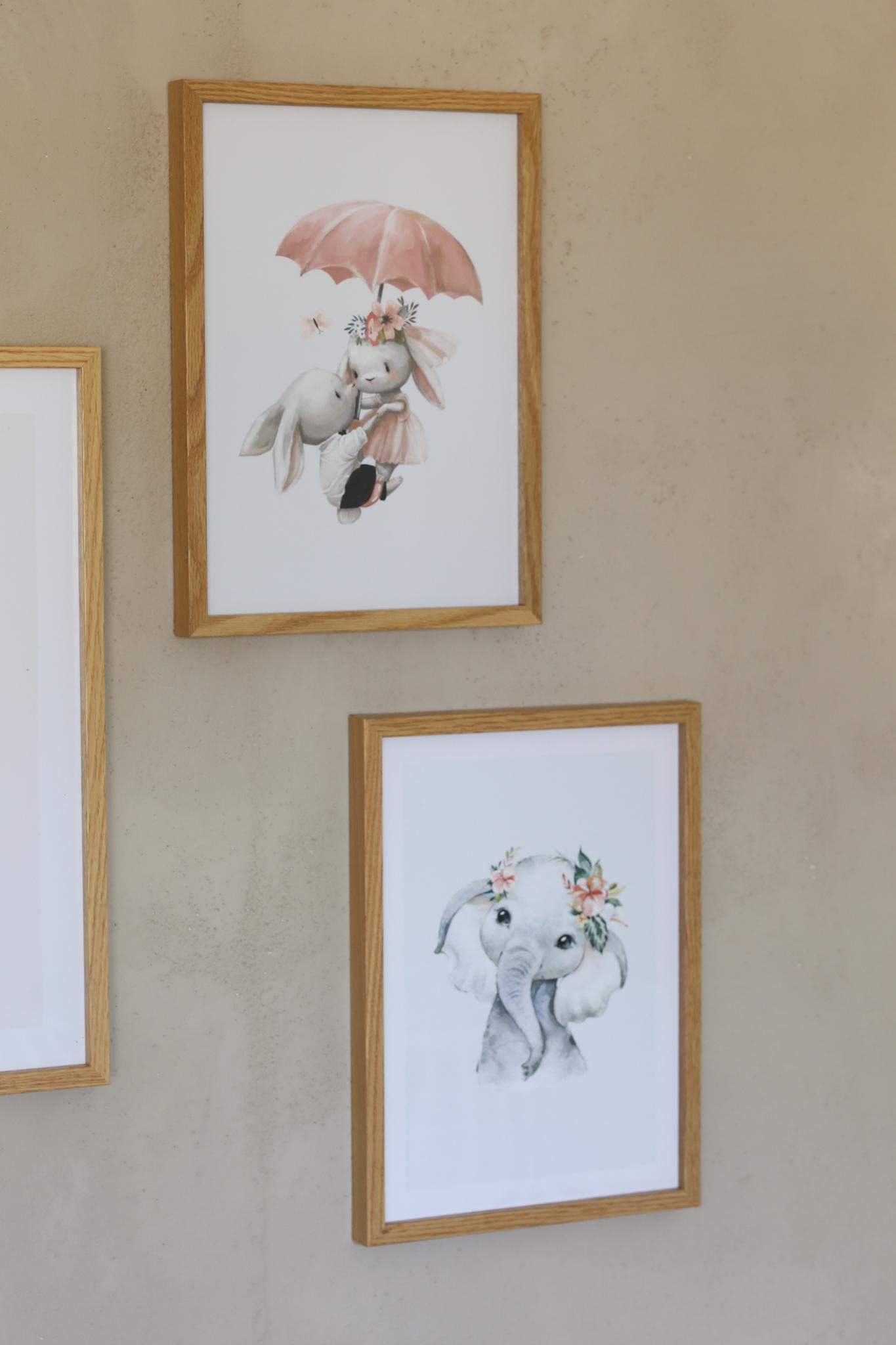 """heute gibt es mal wieder etwas neues zum Thema """"Interior"""". In meinem neuen Blogpost """"Unser neues Kinderzimmer mit Bilderwand von Poster Store"""", zeigen wir euch, wie wir unser neues Kinderzimmer zu einem Paradies für unsere Mädels verwandelt haben."""